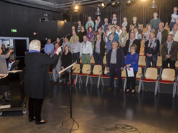 "Martin Hurkens zingt ""Grubbevors mien Dörp"" tijdens Sing-in"